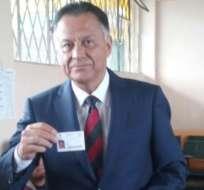 QUITO, Ecuador.- El candidato por Sociedad Patriótica ejerció su votación pasadas las 15h00 en Cumbayá. Foto: Twitter Radio Pública.