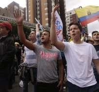 Simpatizantes de CREO protestan afuera del CNE en rechazo a la demora de los resultados las elecciones. Foto: API