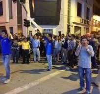 Decenas de personas permanencen frente a las instalaciones del CNE.Foto: @LojaAlDia