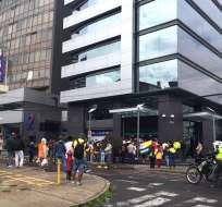 QUITO, Ecuador.- Una agencia del Banco Guayaquil, en la capital, cerró la atención esta mañana por la presencia de manifestantes. Foto: Paúl Romero / Ecuavisa