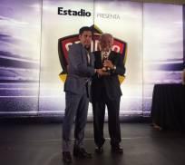 Jéfferson Pérez recibió el premio en la categoría deportistas. Foto: Tomada de la cuenta Twitter @shfecuador