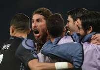El central español (c.) hizo dos de los tres goles del equipo español en Italia. Foto: AFP