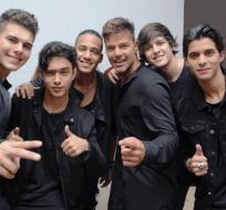Miembros de la agrupación mantienen una buena relación con el cantante Ricky Martin. Foto: Tomada de E Online.