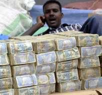 Para hacer la compra en Somalia se necesitan fajos y más fajos de billetes.