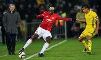 José Mourinho (i.) se quejó del estado del campo de juego previo al partido M. United-Rostov. Foto: AFP