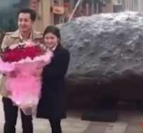 Fei no ha querido limitarse aregalarle un anillo o flores a su amada. Foto: Captura