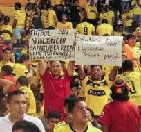 Este hincha mostró un  cartel con un particular pedido durante el partido entre Barcelona y Atlético Nacional.