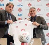 Octavio Zambrano (d.) es el primer entrenador ecuatoriano en dirigir una selección nacional del exterior. Foto: Tomada de la cuenta Twitter @CanadaSoccerEN