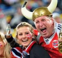 Los noruegos, aquí celebrando durante un partido de fútbol internacional, son los más felices del mundo, dice el informe.