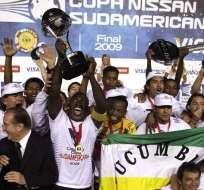 Ángel Cheme (atrás) ganó dos títulos internacionales con Liga de Quito. Foto: Tomada de www.futbolizados.com