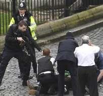 LONDRES, Reino.- Turistas huyeron despavoridos del lugar mientras la seguridad resguardaba el Parlamento. Foto: AFP.