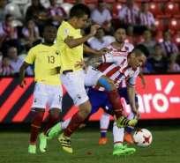Cristhian Noboa (i.) no podrá estar ante Colombia por acumulación de tarjetas amarillas. Foto: AFP