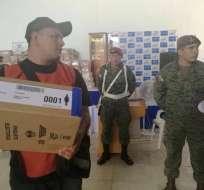 El CNE aseguró hoy en Quito que el envío del material electoral se realiza bajo la vigilancia de las FF.AA. Foto: TW de CNE