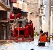 El agua llegó hasta el centro de la ciudad y cubrió las casas hasta la mitad. Foto: AFP