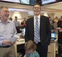 El editor de The Washington Post, Martin Barron (i),  junto a David Fahrenthold, en la redacción del periódico. Foto: AP