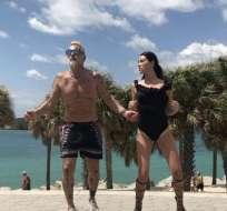 El hombre de 49 años aparece en el video junto a su novia.