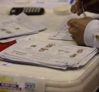 QUITO, Ecuador.- El CNE abre 3.865 urnas por presuntas actas inconsistentes de los comicios del 2 de abril. Foto: API