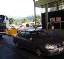 Un vehículo pesado que cruza la vía paga hasta $18. Foto: @Gadtsachilas