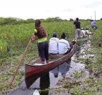 Las familias del recinto Gallinazo del cantón Durán deben movilizarse  por medio de canoas. Foto: Captura Video.