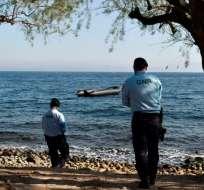 Unos agentes portugueses de Frontex patrullan en la localidad de Skala Sykamias, en el norte de la isla griega de Lesbos, el 28 de marzo de 2017. Foto: Archivo / Afp