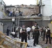 Guardias y agentes inspeccionan una bóveda abierta con explosivos la madrugada del 24 de abril de 2017 en Ciudad del Este, Paraguay. Foto: AP