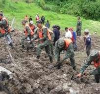 CHUNCHI, Ecuador.- Elementos del Cuerpo de Bomberos y del Grupo de Intervención y Rescate (GIR) de la Policía Nacional trabajan en las labores de búsqueda y rescate de un joven de 25 años. Foto: Twitter