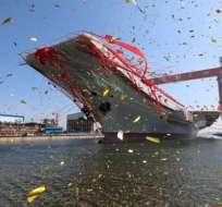 El nuevo portaaviones chino estuvo adornado de grandes y coloridas serpentinas para su ceremonia de lanzamiento, en una foto distribuida por los medios estatales chinos.