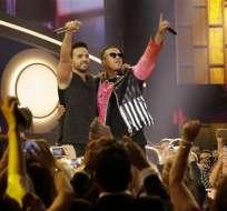 """MIAMI, EE.UU.- Luis Fonsi, a la izquierda, y Daddy Yankee interpretan su éxito """"Despacito"""" en la ceremonia de los Premios Billboard, el jueves 27 de abril del 2017 en Coral Gables, Florida. (AP Foto/Lynne Sladky)"""
