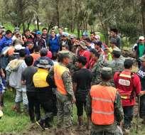 CHUNCHI, Ecuador.- Miembros de la brigada Galápagos del Ejército, Policía Ecuador y de la Secretaría de Gestión de Riesgos (SGR) localizaron el cuerpo. Foto: Twitter Ejército Ecuatoriano.