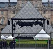 PARÍS, Francia.- Vista del museo de Louvre en París, en medio de la evacuación realizada este domingo. Foto: AFP.