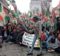 Ciudadanos de Santo Domingo protestan en las inmediaciones del Consejo Provincial de Pichincha. Foto: @SalaDePrensaEc