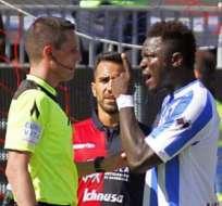 El jugador Sulley Muntari recibió cánticos racistas por lo que decidió abandonar el campo de juego.