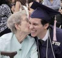 El joven Edgar Sanfeliz-Botta (d) abraza a Roberta David, la mujer que le cambió la vida. Foto: Miami Herald