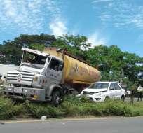 Aún se investigan las causas del accidente en Guayaquil, donde un tanquero se estrelló contra un vehículo. Foto: cortesía
