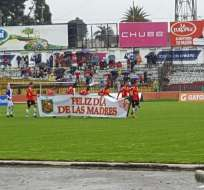 Los jugadores de Deportivo Cuenca saludaron a las madres por celebrarse su día.