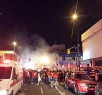 GUAYAQUIL, Ecuador.- Miembros de los bomberos asistieron la emergencia reportada en las calles Cuenca y Quito. Crédto: Twitter CUPS FIRE.