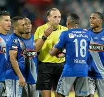 El árbitro uruguayo Daniel Fedorczuk invalidó un gol a Fernando Pinillo en el juego que ganó Emelec a DIM.