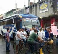 Las cooperativas Santa Clara, Señores de los Milagros, Los Daules y los que viajan a Nobol, fueron partícipes de la protesta. Foto: Ecuavisa.