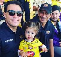 """Adela, la """"minihincha"""" junto a Carlos Alfaro Moreno y José Francisco Cevallos. Foto: Instagram @minihincha."""