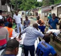 ESMERALDAS, Ecuador.- Autoridades entregaron ayuda humanitaria a las familias evacuadas. Foto: Referencial/ Tomada del Twitter Riesgos Ecuador, con fecha 6 de mayo.