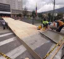 En el acceso principal de la Asamblea se coloca una rampa para el ingreso de Lenín Moreno. Foto: API