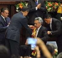 QUITO, Ecuador.- El mandatario saliente Rafael Correa le impuso la banda presidencial al nuevo gobernante. Foto: API