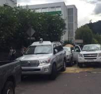 QUITO, Ecuador.- Vehículos y miembros de seguridad del exmandatario se congregan en las afueras del hospital Carlos Andrade Marín. Foto: Paúl Romero / Ecuavisa