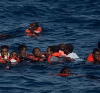 Los migrantes eran parte de las entre 500 y 700 personas hacinadas en un barco de madera que navegaba desde Libia. Foto: Tomado de El Periodico