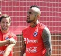 Arturo Vidal (d.) llegó este martes para unirse a la selección chilena. Foto: Tomada de la cuenta twitter @kingarturo23
