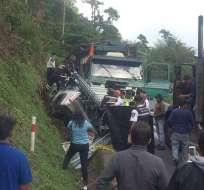 SANTO DOMINGO, Ecuador.- Según reporte del ECU 911, el choque se produjo entre un camión y una camioneta. Foto: Twitter