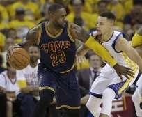 Lebron James (i.) jugará, con los Cleveland Cavaliers, las finales de NBA contra los Golden State Warriors. Foto: AP