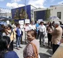 QUITO, Ecuador.- Mae Montaño, entre otras figuras políticas, se concentraron en los exteriores de la Fiscalía para exigir celeridad en las investigaciones sobre Odebrecht. Foto: API