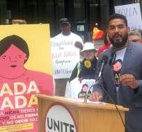 Ángel Castillo, del sindicato Unite Here Local 1, habla de un ringtone diseñado para ayudar a los inmigrantes. Foto: Sun-Times