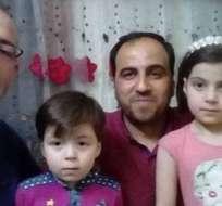 El periodista Khaled Iskef se tomó una foto con Omran Daqneesh (segundo desde la derecha) y su familia y la público en Twitter.